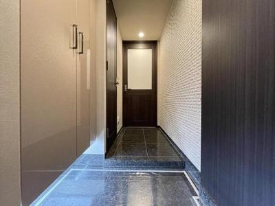 光沢のあるシックな玄関が訪れる人をお出迎え。