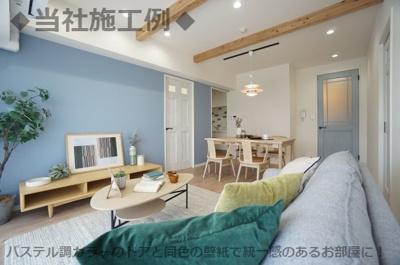 ◆当社施工例◆パステル調カラーのドアと同色の壁紙で統一感のあるお部屋に!