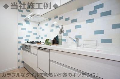 ◆当社施工例◆カラフルなタイルを使用し、明るい印象のキッチンに!お料理が楽しくなります!