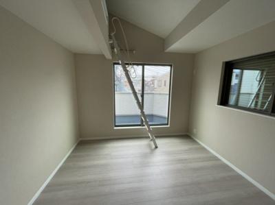 工事中のリビングダイニングです。キッチン上部には作り付けの棚もあり、便利です。