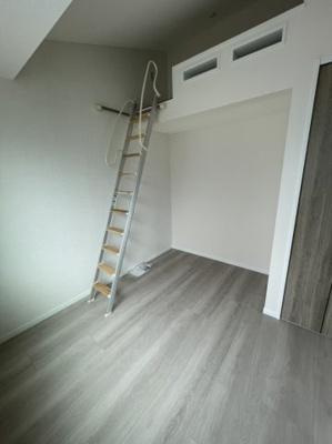 洋室(5.5帖):南向きの採光が入る明るいお部屋ですロフト付きですので、収納やベッドとしてお使いいただけお部屋を広く使う事ができますね♪