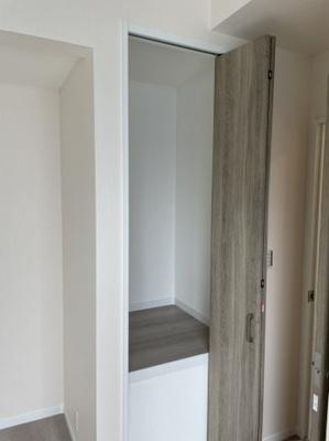 洋室(5.5帖)にある収納です。 ちょっとした階段下階段上のデッドスペースを利用した収納があるのが嬉しいですね♪