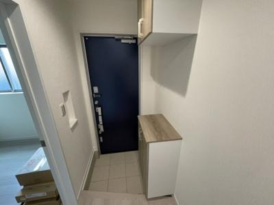 玄関にはシューズボックスがあり、棚には消臭剤等を置く事もできインテリアで飾れば素敵な玄関になりますね♪