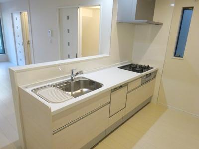 【施工例】キッチンの実際の施工例です。食洗器やガスの3口コンロは標準仕様。カウンター式で家族の会話も増えますね♪