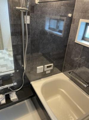 シックなお色のオシャレな浴室です。 浴室乾燥も標準仕様。新しい浴室はお手入れも楽々ですね。