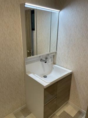 たっぷりの収納が嬉しい独立洗面台です。 鏡が3面鏡にもなり便利ですね♪