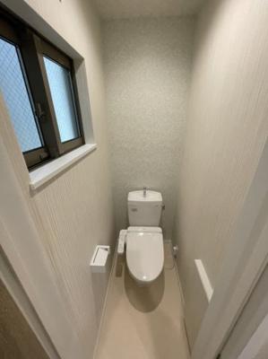 温水洗浄便座で毎日気持ちよくお使いいただけます。 窓があると採光と通風が取りこめ快適ですね♪