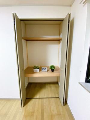 洋室8.2帖のお部屋にある収納スペースです!奥行きのある収納スペースで荷物の多い方も安心!