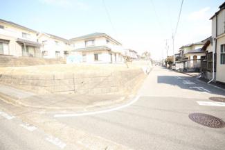 南西角地で約81坪 全面道路も広く、南ひな壇なので陽当り良好です!