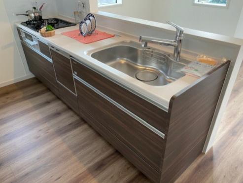3口コンロの広々システムキッチン♪ 浄水器内蔵水栓、食洗器つき☆ 収納力もあります。