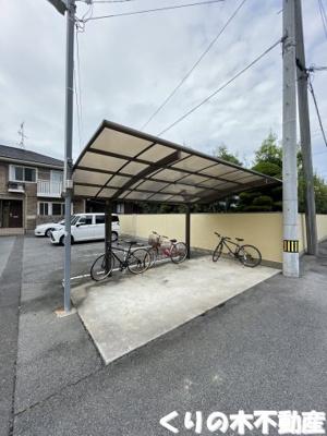 屋根付き駐輪場もございます。