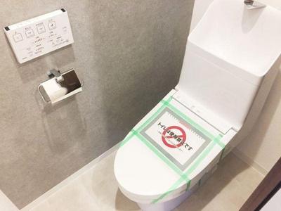 汚れが目立ちにくいクロスが嬉しいトイレにリノベーション済。
