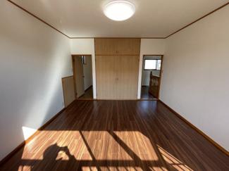 2階洋室 左側ウォークインクローゼット、右通路へ出ます。