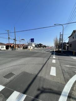 大通り沿い2車線道路。