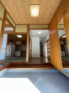 玄関先はとても解放感があり、古民家のような趣のある室内になっています。