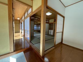 奥に和室が3部屋続いております。