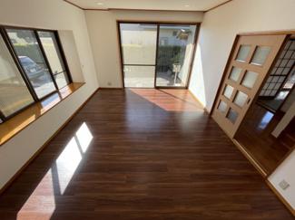 リビングは大きな窓から光が差し込み、 生活スペースで長く過ごす場所が明るく彩ります。