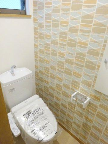 【施工例】実際のトイレ施工例です。クロスで印象が変わりますので、冒険してみるのもオススメです!