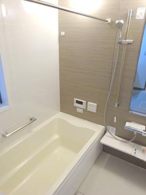 【施工例】実際のお風呂施工例です。追い炊き機能や浴室乾燥など、便利な機能付きです。色によって雰囲気も変わりますのでなんでもご相談ください。