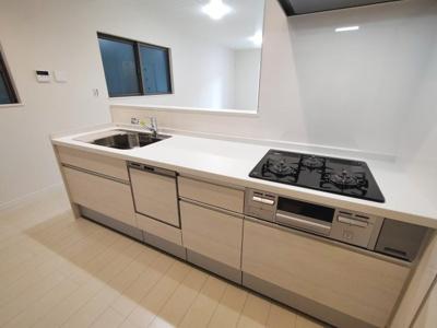 【施工例】実際のキッチン施工例です。収納たっぷりのキッチンはお料理好きな方にもご満足いただけます。