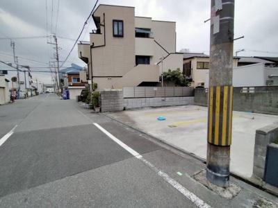 前面道路の幅員も広く、お車の出し入れも容易ですね♪