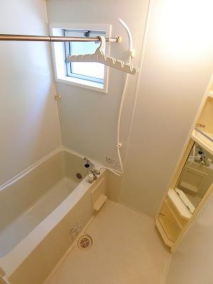 追い焚き機能・浴室乾燥機付きバスルーム♪雨の日のお洗濯にも便利な物干しバー完備です!換気のできる小窓付きです♪