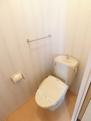 人気のシャワートイレ・バストイレ別です♪横にはタオルを掛けられるハンガーもあります♪壁紙はオシャレなデザインクロス☆