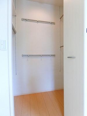 角部屋洋室6帖のお部屋にあるワンステップクローゼットです♪棚が2段+ハンガーラックでたっぷり収納出来ます☆