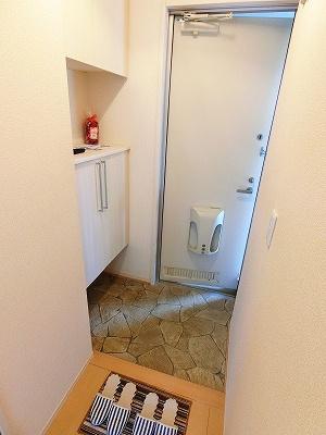 玄関には上下タイプのシューズボックス付き!間のスペースは飾り棚や小物置き場として活用できます♪お客様もスムーズにお出迎えできますね♪