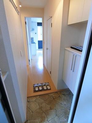 玄関から室内への景観です!廊下突き当りにリビングダイニングキッチンと洋室6帖のお部屋があります♪