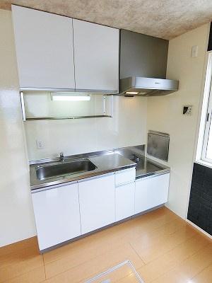 換気のできる窓のあるキッチンはガスコンロ設置可能☆場所を取るお鍋やお皿もすっきり収納できてお料理がはかどります!便利な床下収納も完備しています☆