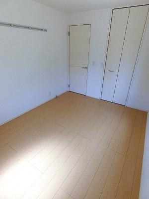 ワンステップクローゼットのある角部屋二面採光洋室6帖のお部屋です!お洋服や荷物を収納できてお部屋がすっきり片付きます☆
