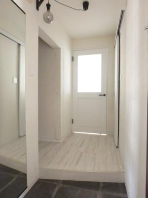 清潔感のある白を基調とした玄関ホール