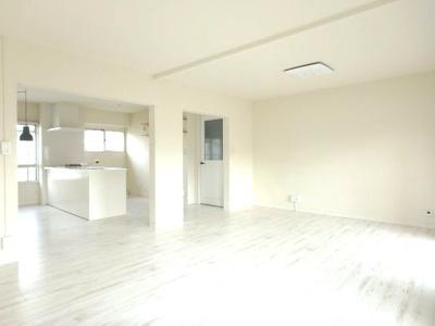 キッチン横には窓あり、明るいキッチン
