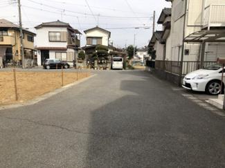 道路も広く駐車するのは簡単!