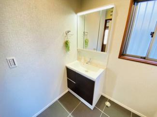 千葉市若葉区桜木北 中古戸建て 桜木駅 新規交換済み三面鏡付き独立洗面化粧台となっております。
