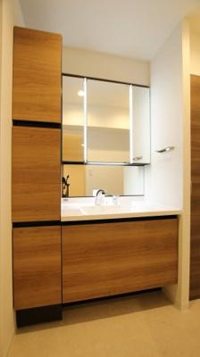 収納豊富ですっきりと使える独立洗面台です。