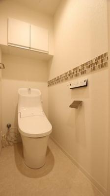 温水洗浄機能付きトイレには便利な上部収納付き。