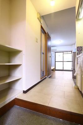 個性的な形をした玄関。もちろんシューズボックス完備です。
