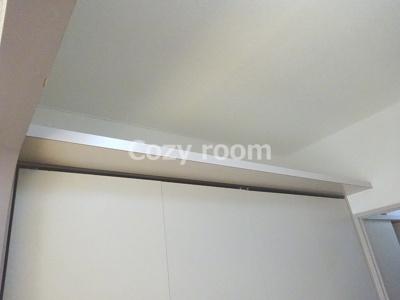クローゼットの上部には、棚があります。