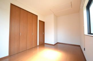 洋室7帖に屋根裏収納へのハシゴがあります。
