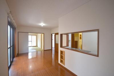 IHクッキングヒーター搭載の対面式キッチン キッチンに採光窓あり
