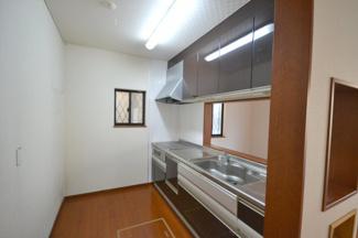 大理石風デザインの浴室 窓付き