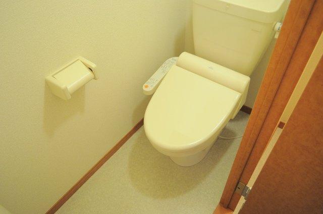 温水洗浄便座付き。実際のトイレは仕様が異なる場合がございます