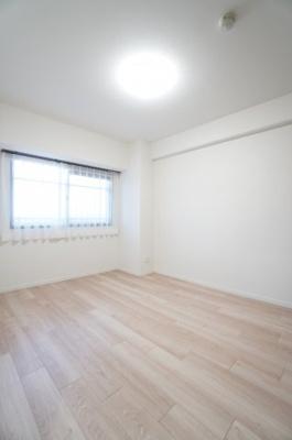 【北東側洋室約6帖】 白を基調とした室内は、 明るい住空間を造り出すだけでなく、 清潔感をもたらしてくれます。