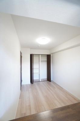 【北東側洋室約6帖】 コートやスーツだけでなく、収納棚を中にしまえば ニットやパンツも中にしまえて お部屋をすっきりとお使いいただけます! お部屋のコーディネートと幅が広がります♪