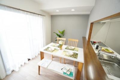 【部屋の明るさ!】 家族が集まる空間を、一番明るい空間に。 「家族が繋がる暖かな家」というコンセプトが 存分に活かされた空間となっています。