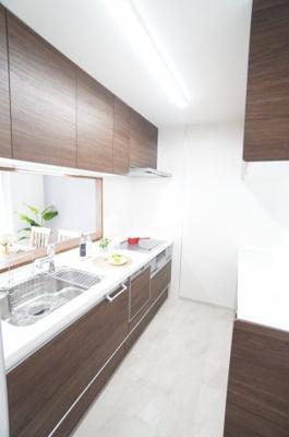 【キッチンからの景色】 キッチンからリビング全体を見渡せる 子育て中のご家族にもうれしいつくり。 家具の配置もしやすく 魅せる収納も隠す収納も存分に、 好きなリビングを作る楽しみがあります。