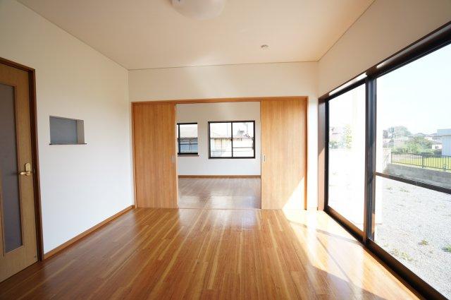 1階8帖 リビング16.5帖と隣接する洋室8帖でゆったりと過ごせます。
