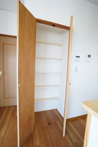 LDK  キッチン横の収納です。 買い置きした食品や飲料水など収納するのに便利です。